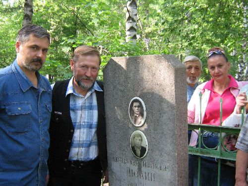 Сормовские поэты на могиле Александра Люкина