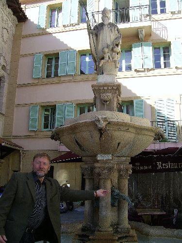 Симонов Николай у фонтана Николая Чудотворца в Монако