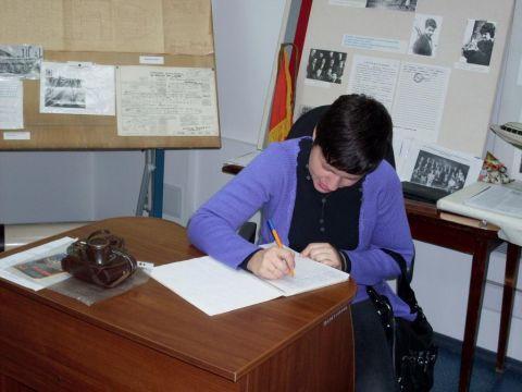 Ольга Щегрова (внучка Н.А. Зайцева) оставляет запись в книге отзывов музейной экспозиции